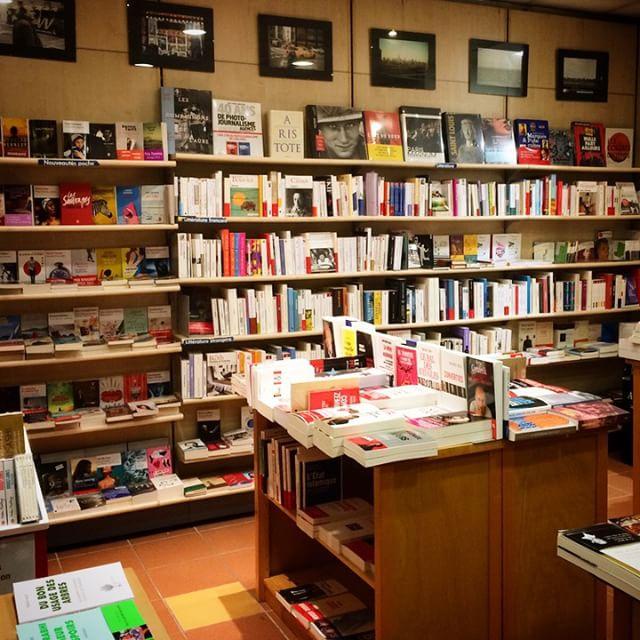 Dans la librairie de mon père, j'en arrive toujours à…